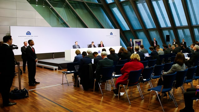 Ina conferenza da medias da la EZB.