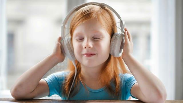 Mädchen mit Kopfhörern am Podcast hören