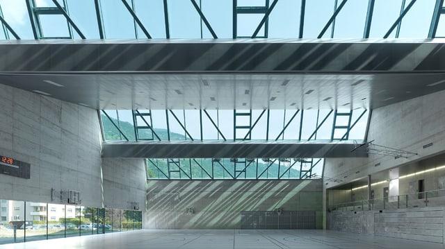 Turnhalle von innen: Wände aus Beton, die Decke besteht zu einem grossen Teil aus Glas.