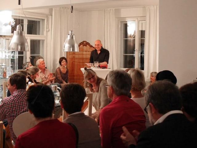 Tim Kron steht, sein Publikum sitzt vor ihm