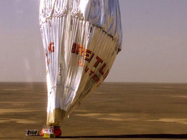 Der Ballon von Piccard: In der Ägyptischen Wüste, nach geklückter Weltumrundung (1999).