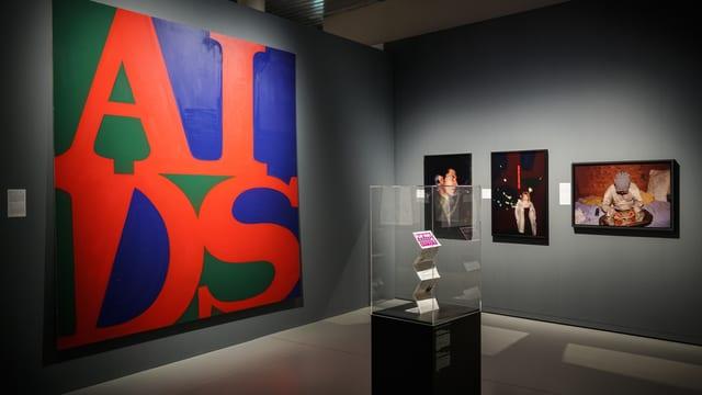 Ein Ausstellungsraum mit Bilder an der Wand.