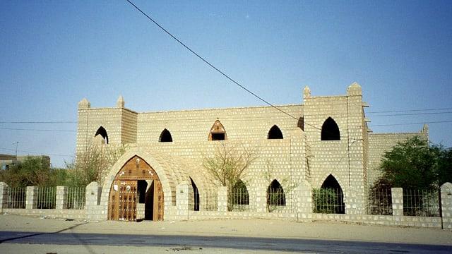 Ein altes Gebäude aus Steinmauern.
