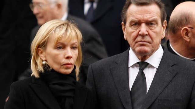 Gerhard Schröder und Doris Schröder-Köpf ernst dreinblickend.