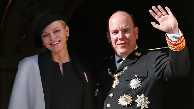 Charlène und Albert winken vom Palastbalkon