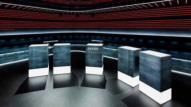 Leeres Arena-Studio mit den Stehpulten