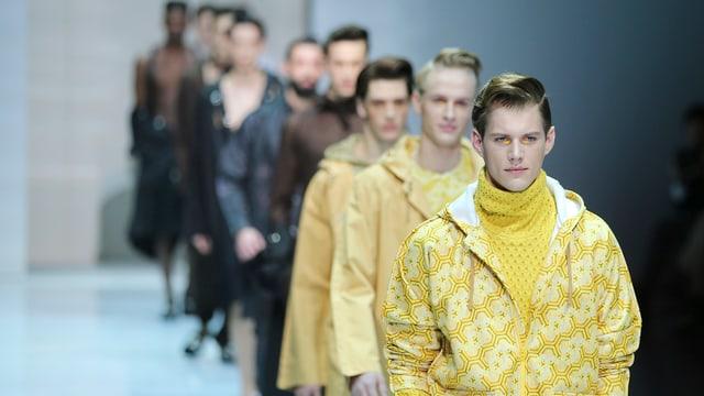 Männliche Models auf dem Laufsteg