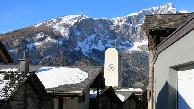 Blick auf die neue Dorfkirche von Albinen.