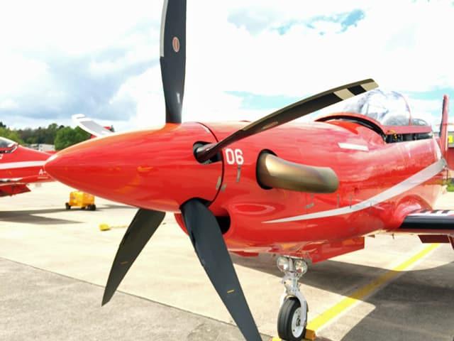 Ein Flugzeug mit Propeller von vorne.