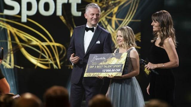 Sina Frei, Gewinnerin «SRF 3 Best Talent Sport», mit Sandra Studer (rechts) und Rainer Maria Salzgeber.