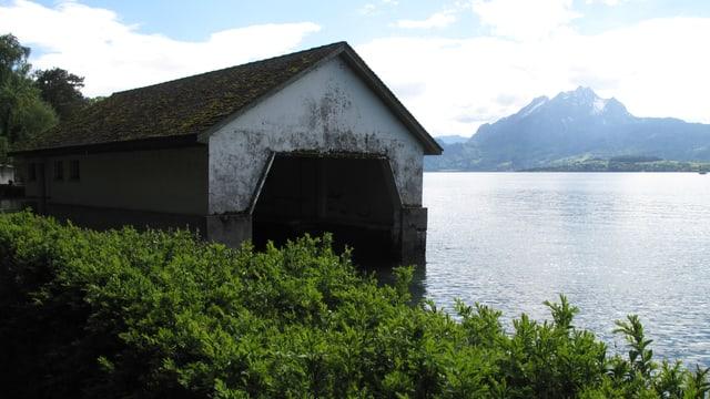 Rachmaninoffs Bootshaus mit Ausblick auf den Pilatus.
