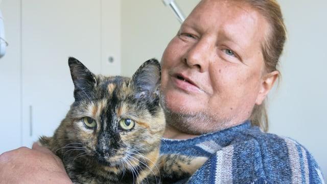 Daniel Weber (52) lebt gemeinsam mit seiner Katze im Pflegeheim Solina in Spiez.