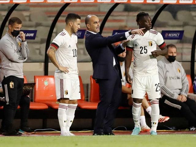 Trainer Roberto Martinez und Captain Eden Hazard, der nach einer verletzungsgeplagten Saison bei Real noch Trainingsrückstand hat.