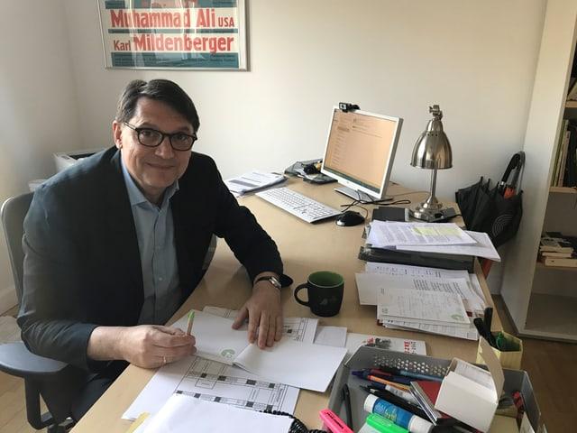 Der Autor Christoph Bartmann an seinem Schreibtisch.