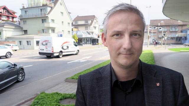 Porträt von Hans Peter Bienz am Strassenrand in Ebikon.