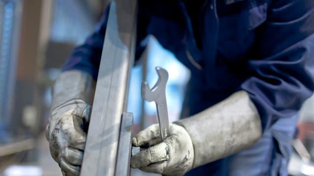 Aufnahme eines Arbeiters mit einem Verstellschlüssel in der Hand.