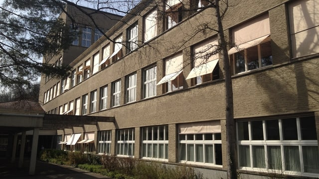 Blick auf das heutige Hauptgebäude der Bezirksschule Burghalde in Baden.