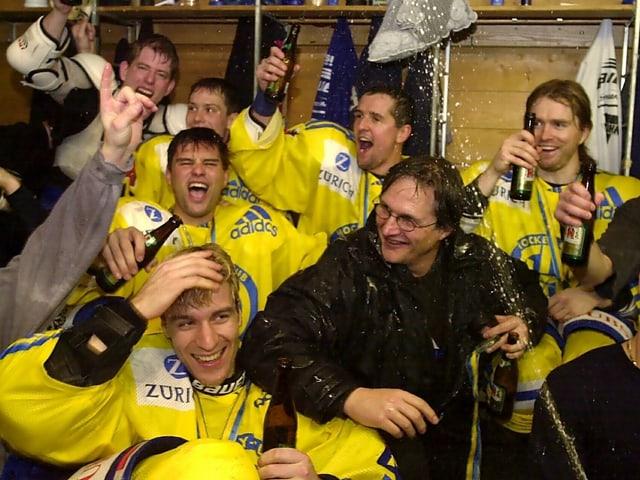 Arno Del Curto feiert mit Spielern.