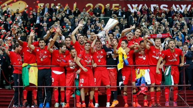 Ils giugaders da Sevilla sa legran sur da la victoria.