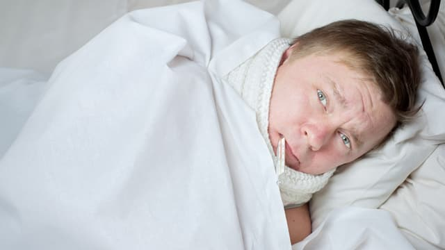Ein Mann, krank im Bett