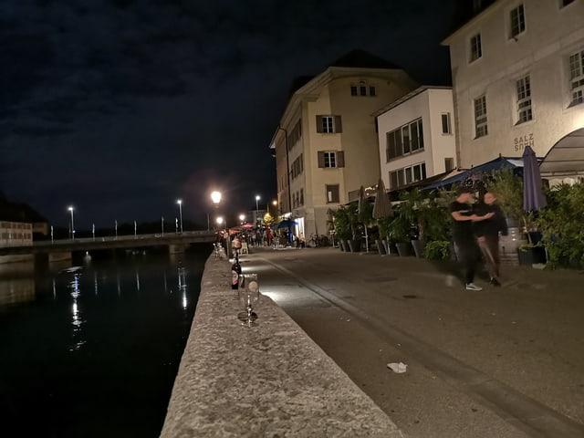 Promenade an einem Fluss bei Nacht.