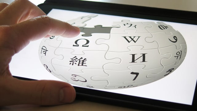 Tablet mit dem Wikipedia-Logo
