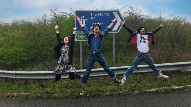 Drei Schauspieler, die einen Luftsprung machen.