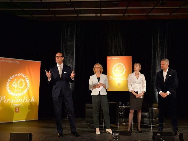 Auf der Bühne stehen (v.l.) Christian Zeugin, Sonja Hasler, Anita Richner und Dani Fohrler.