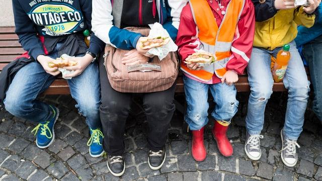 Familie isst Hamburger