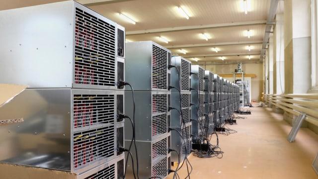 Eine Reihe mit etwa 15 Racks voller Rechner, jedes ein Meter gross.