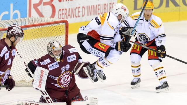 Der Eishockeyspieler Tony Martensson springt vom Boden ab.