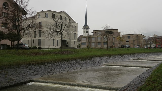 Blick auf das Ufer der Kleinen Schliere, Wohnhäusern in Alpnach im Hintergrund.