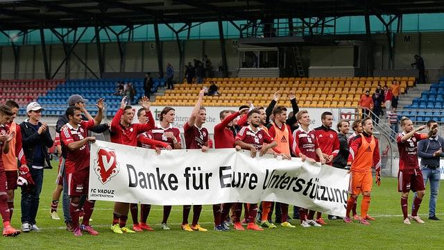 Die Vaduzer Spieler bedanken sich mit einem Transparent bei ihren Fans.