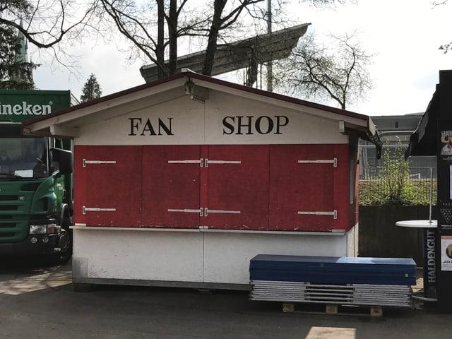 Fanshop mit geschlossenen Läden