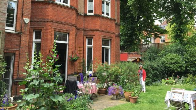 Il maletg mussa Anna Lee-Famos davos sia chasa en curtgin a Londra