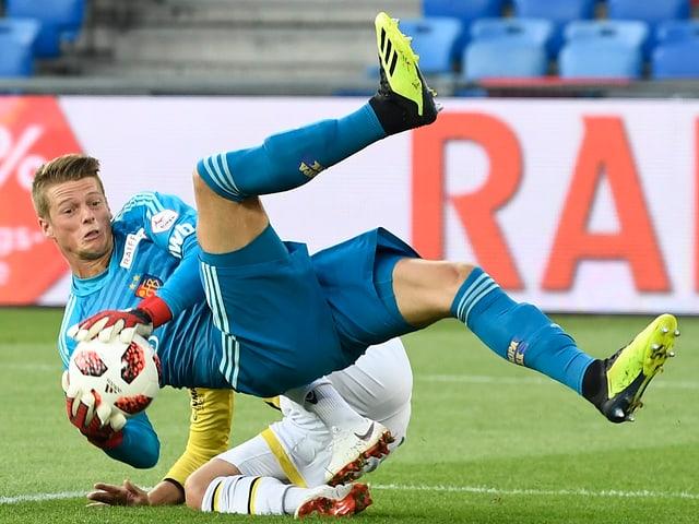 Jonas Omlin hält ball