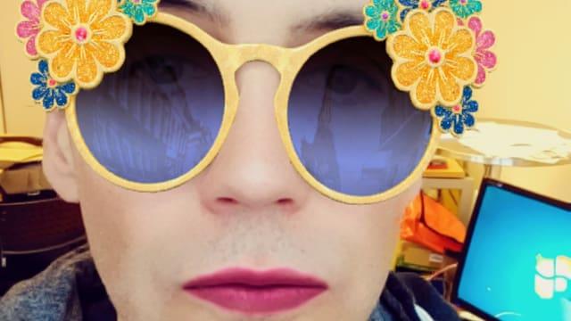 Selfie des Autors mit geschminkten Lippen und auffälliger Sonnenbrille.