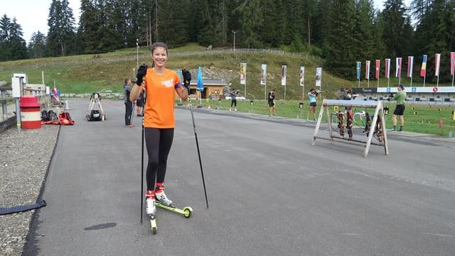 Ina curridra cun skis cun rodas.