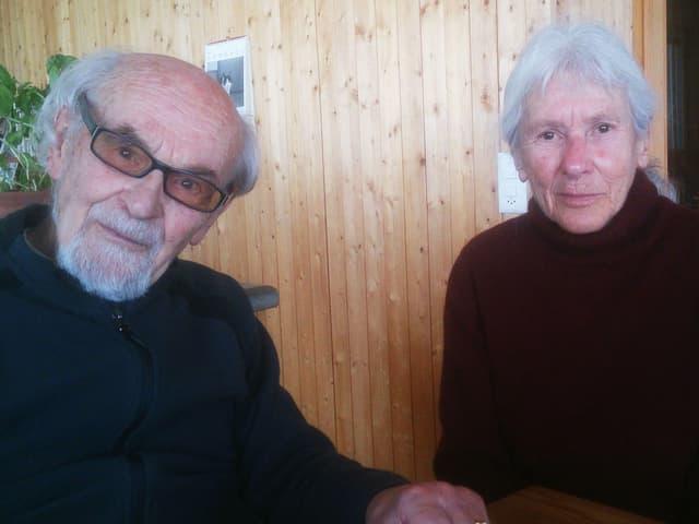 Niklaus und Heidi Erb vor einer Wand aus Holz.