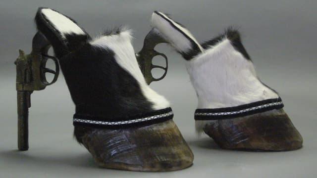 Schuhe aus Kuhfell und Pistolen