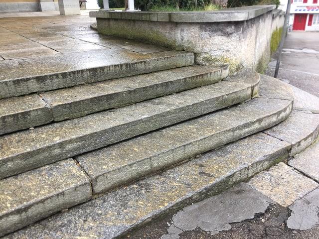 Bei dieser Steintreppe vor der katholischen Kirche in Arbon fehlen Geländer. Das kann zu Sturzunfällen führen.