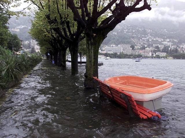 Überschwemmtes Ufer am Lago Maggiore.