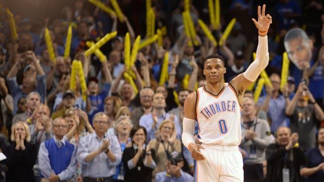 Russell Westbrook hält 3 Finger in die Luft.