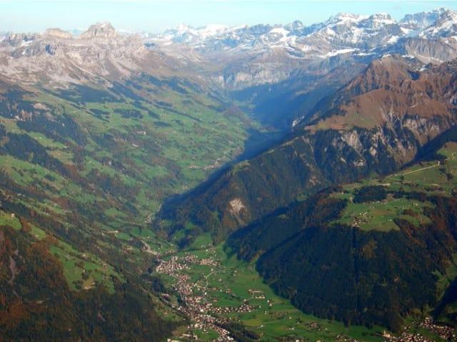 Aufnahme Bergtal aus der Luft.