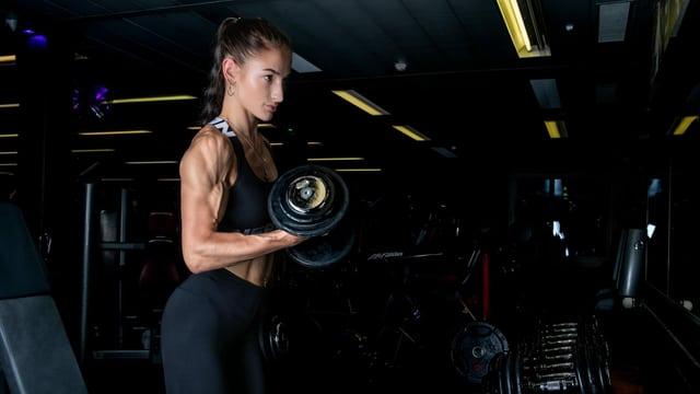 Bodybuilderin am Trainieren