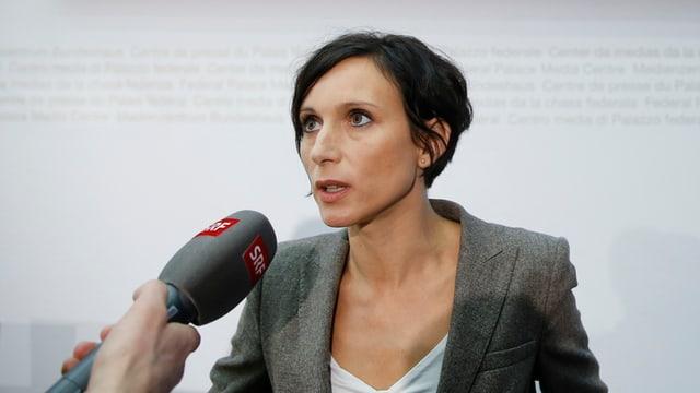 Eine Frau spricht in ein SRF-Mikrofon.