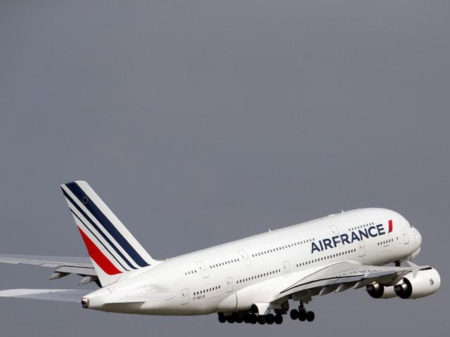 A380 kurz nach dem Start in der Luft.
