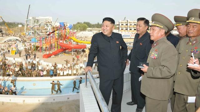 Kim Jong-Un mit Militärs während der Besichtigung des Wasserparks.