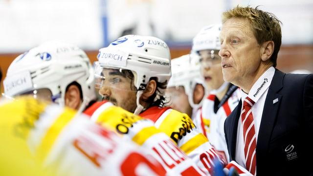 Glen Hanlon a la banda cun intgins giugaders da la naziunala Svizra da hockey sin glatsch.