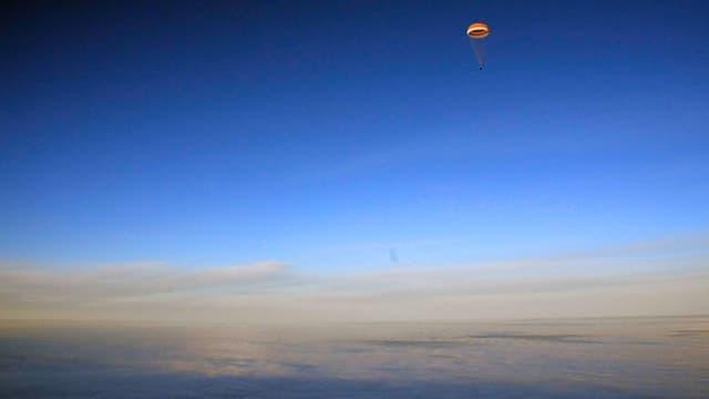 Sojus-Kapsel mit den Kosmonauten Alexander Missurkin, Joseph Acaba und Mark Vande Hei von sehr sehr weitem.